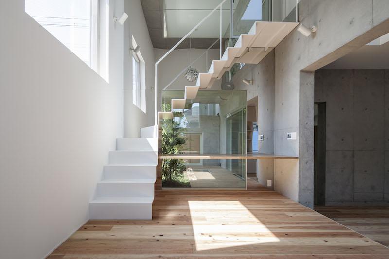 Beton, dřevo a sklo v úchvatné kombinaci v japonském Tokiu