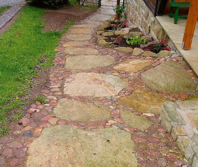Zahradní chodníky a cestičky mají být estetické i pohodlné