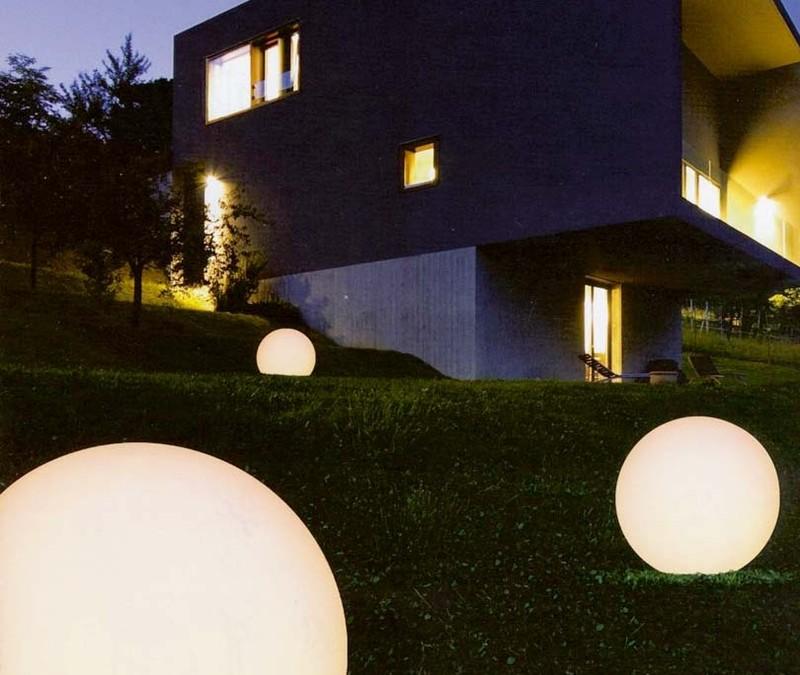 Moderní venkovní svítidla oživí dům, zahradu i rostliny v ní