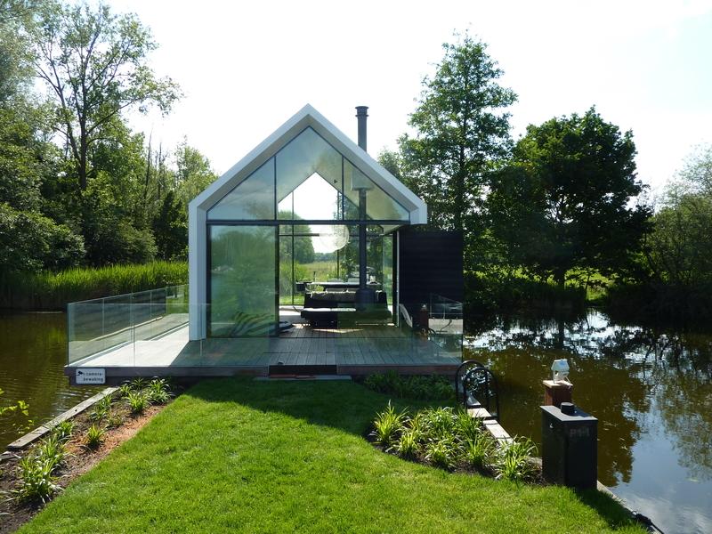 Malá chata na jezeře má zajímavě řešený interiér