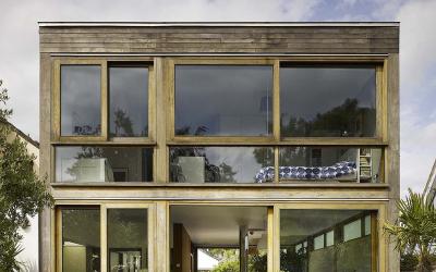 Do úzkého a sevřeného prostoru vtěsnal architekt dům i malou zahradu